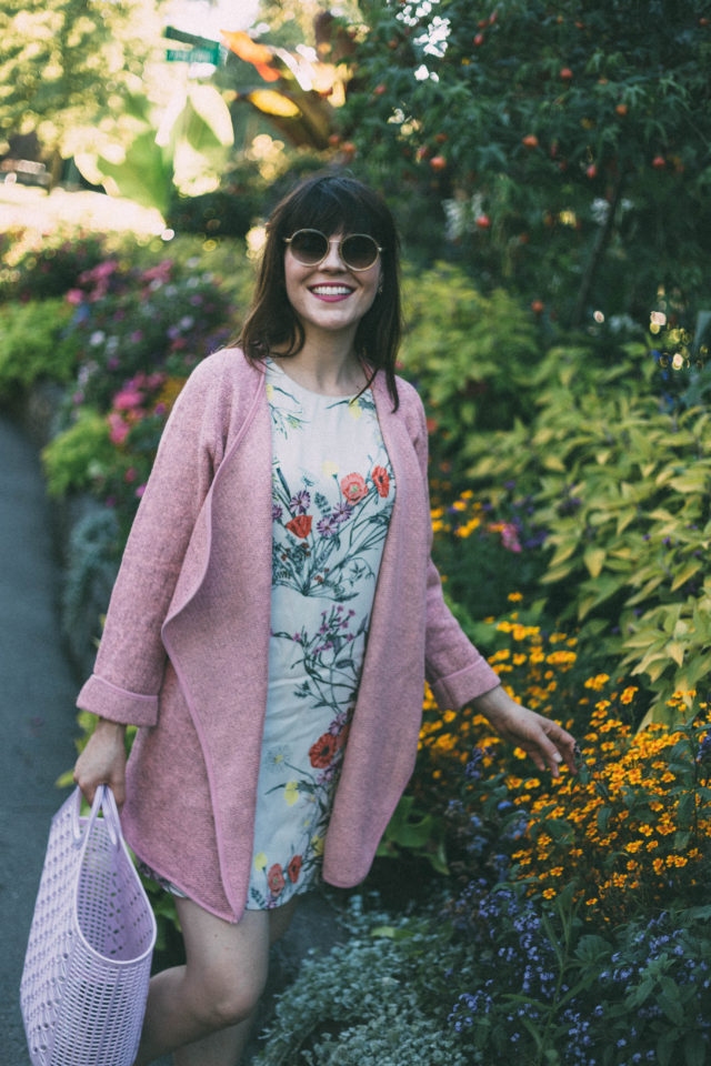 JUST KNITTED OPEN COAT IN PINK, Chic Wish, Mixology Basic Tees, Vero Moda, Floral Dress, Sunday Somewhere, Sun Jellies