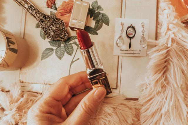 Elizabeth Taylor's favourite beauty products you can still buy today, Elizabeth Taylor, Elizabeth Taylor Beauty secrets, Old Hollywood beauty secrets, Elizabeth Taylor perfume